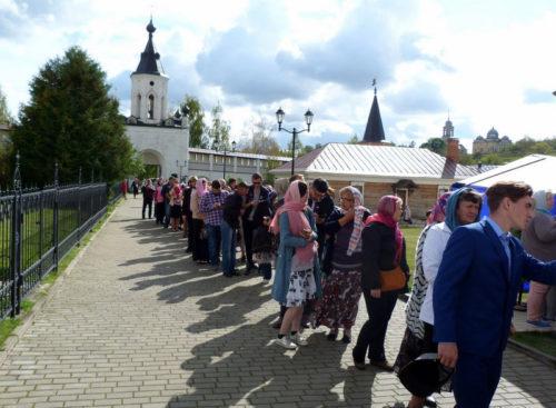 Старичане и гости города прикоснулись к святыне