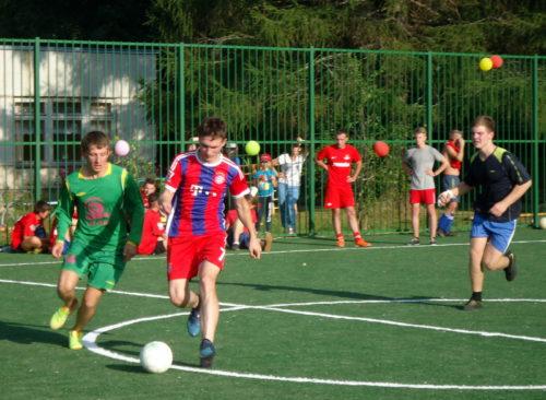 В Бернове открыли современную футбольную площадку