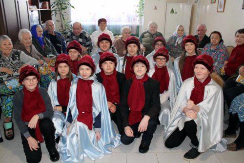 Ученики Старицкой средней подарили пожилым людям частичку тепла