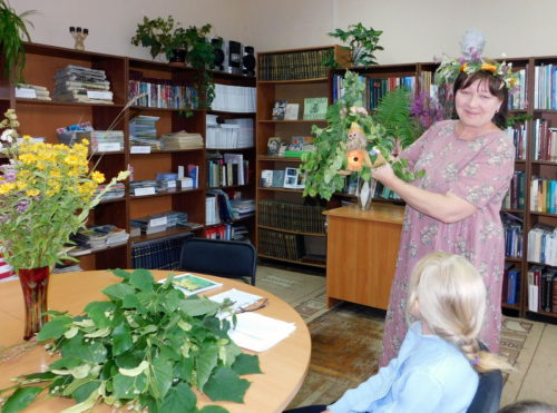 Ребята отправились на поиски цветка папоротника