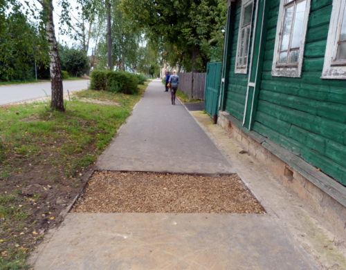 Просевший тротуар приводят в порядок