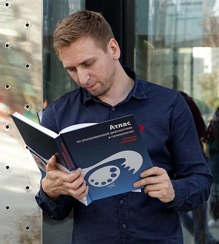 Он стал отличным врачом и создал уникальную книгу, посвятив её Маме