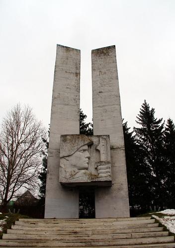 По всей России обелиски, как души, рвутся из земли…