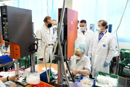 Губернатор Игорь Руденя и глава Минпромторга России Денис Мантуров открыли новое производство медицинских респираторов в Тверской области