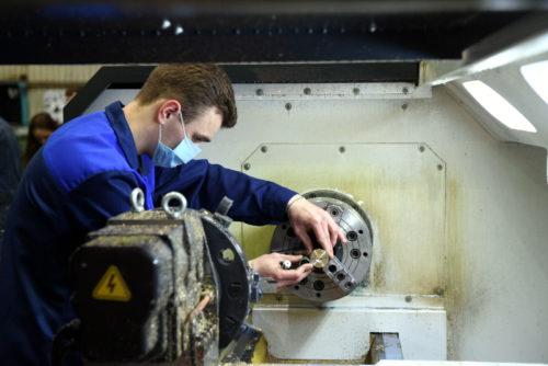 Игорь Руденя и Денис Мантуров в Ржеве осмотрели производство деталей для аппаратов искусственной вентиляции легких