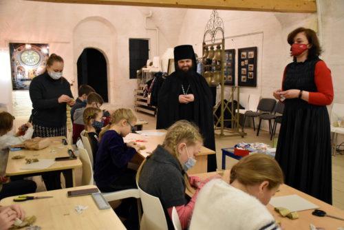 В Свято-Успенском монастыре прошёл мастер-класс по викторианской ёлочной игрушке