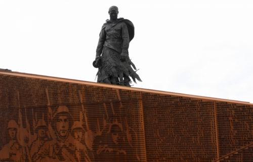 Председатель Государственной Думы Вячеслав Володин и Губернатор Игорь Руденя возложили цветы к Ржевскому мемориалу Советскому солдату