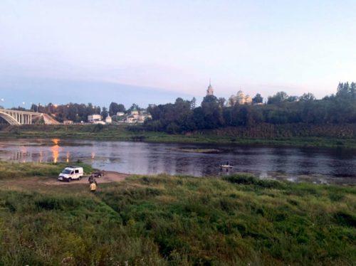 Следователи и криминалисты Следственного комитета работают на месте происшествия, где утонул подросток