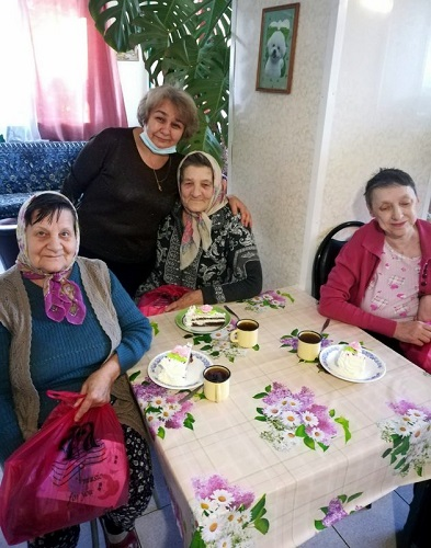 Пожилых людей поздравляли от души!